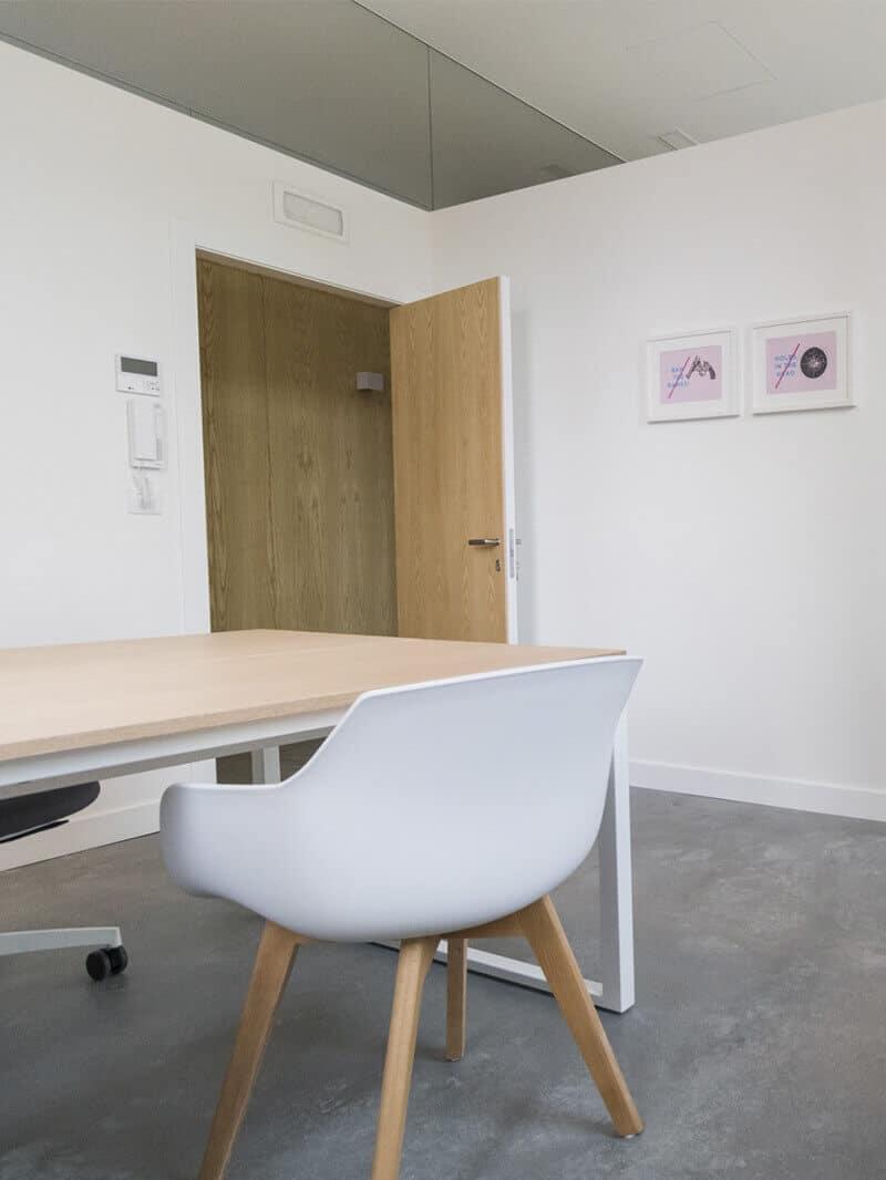 Sala con mesas e sillas ergonómicas