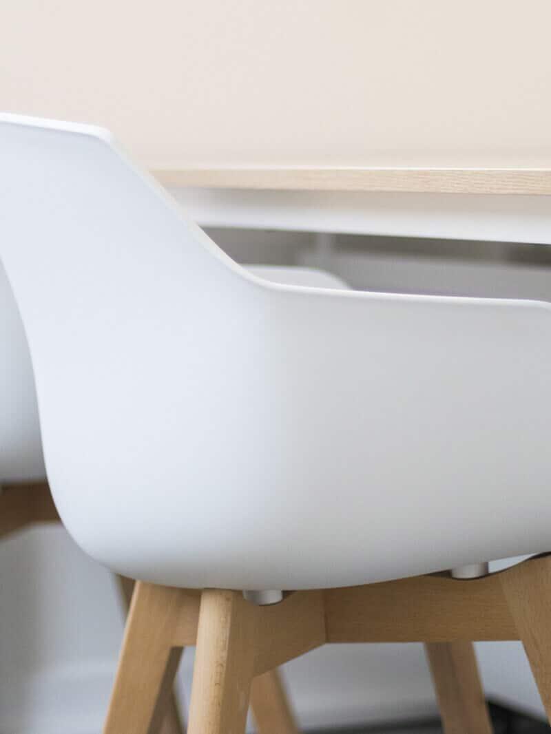 Sala con sillas de deseño
