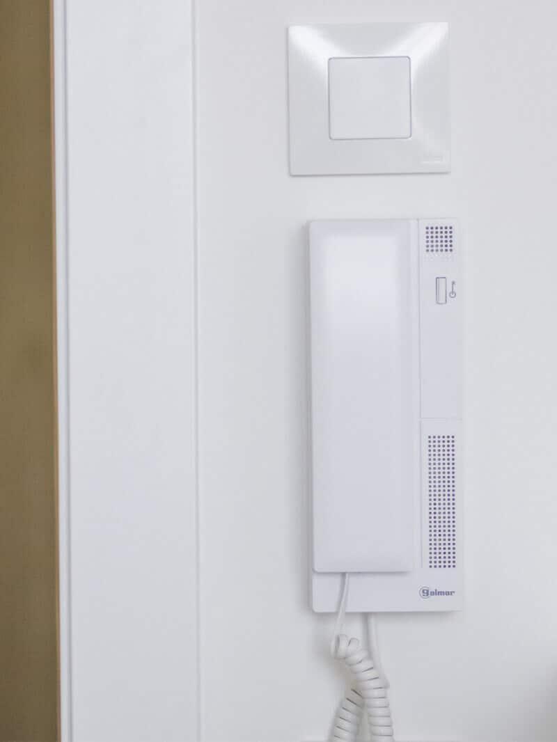 Sala con telefonillo privado